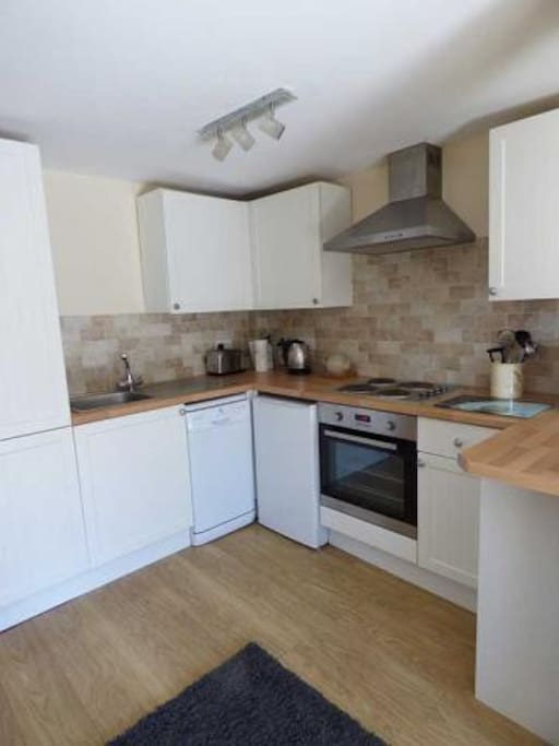 Fully fitted kitchen with Washing Machine, Tumble Dryer and Dishwasher