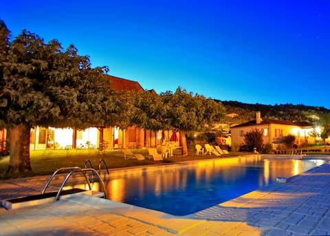 Chambre avec vue sur piscine.