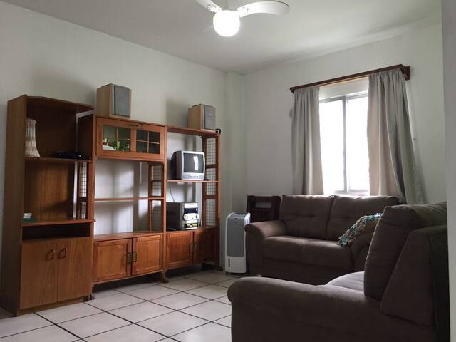 Lindo apartamento, ar condicionado, 200m da praia