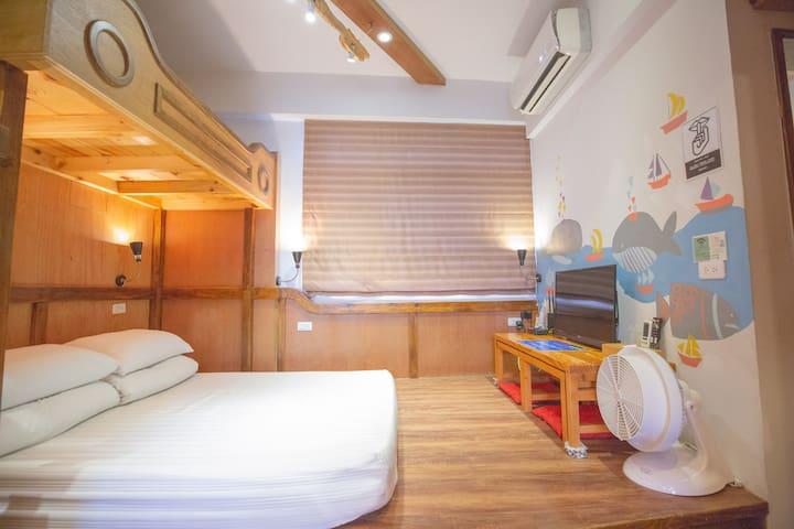 房內的設施 冷氣 電視 電風扇 小桌子*2 Air conditioning TV Fan