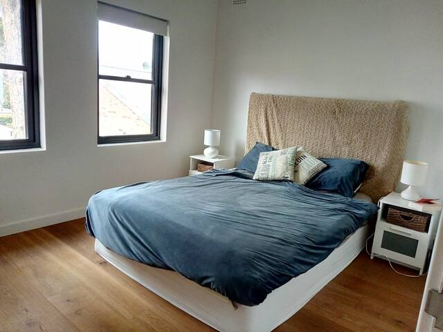 Large bedroom for rent in Bronte. minutes to beach