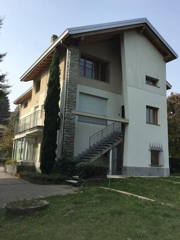 App. in Villa  - INVERIGO Con giardino e p. Auto