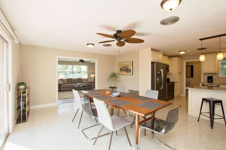 Quiet, Family Friendly Neighborhood 1/2 Mile to the Beach + Small Dog Welcomed! Free Wifi & Garage!