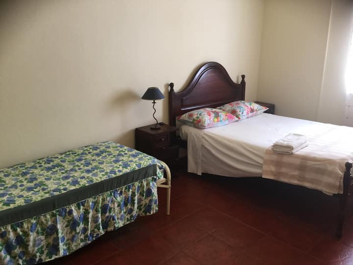 Room near beaches+Lisbon+free parking+Wifi