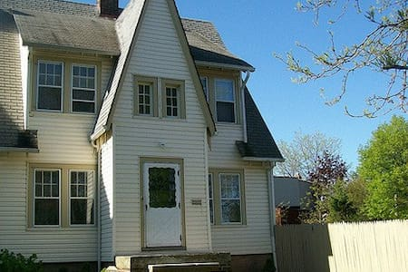 Quiet 3 Bed Home Close to University Circle - Cleveland Heights - Ház
