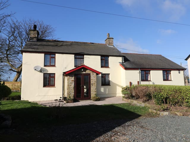 PENRHOS, pet friendly, with a garden in Llangefni, Ref 974229