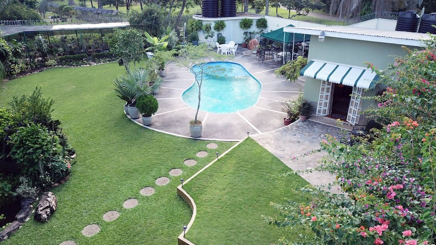 POS Oasis 1BR Apt, garden, pool, kitchen, wifi