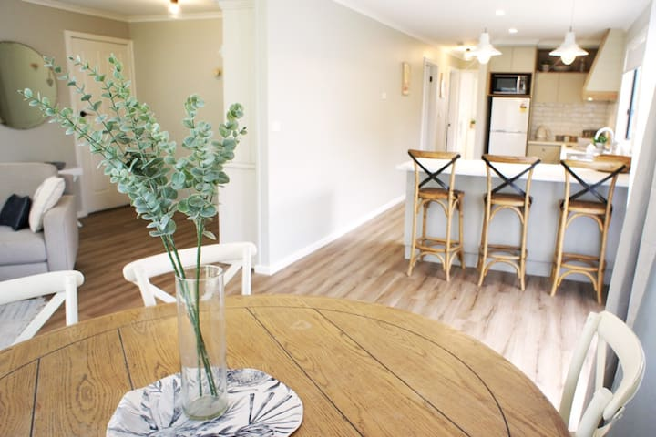 6 seater dining room table, open plan living area, spacious kitchen