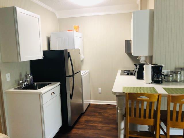 Cozy Studio Apt, Full Kitchen