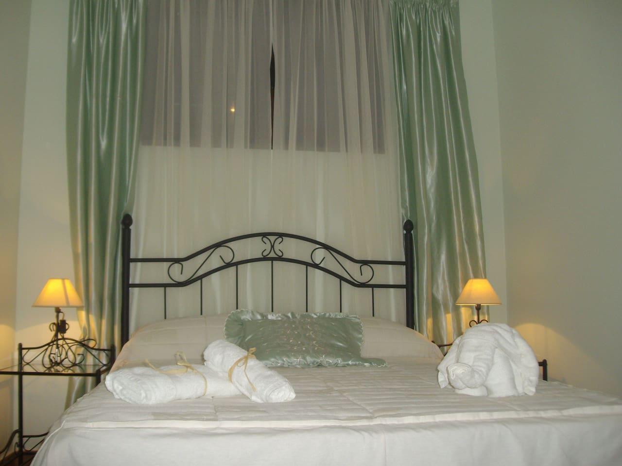 Habitación con WIFI, AMENITIES, cama de matrimonio de 135cm x 190cm, con ropa y toallas.