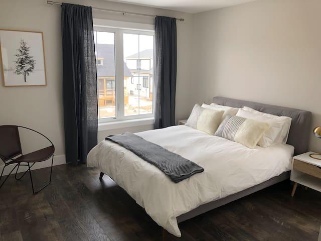 Principal bedroom with queen bed