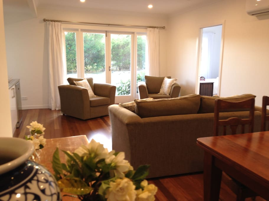 Dip bend maleny renovated 2 bed apartment apartments for 3 renovated apt with spacious living room 10 pax