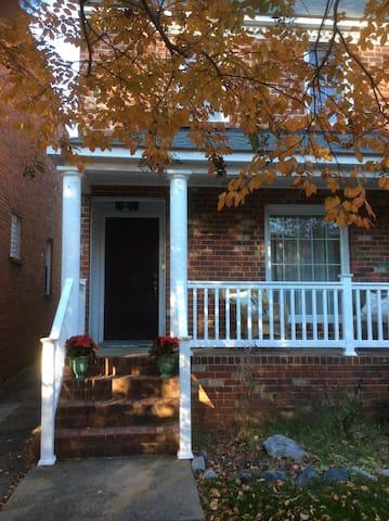 Fan district 3 bedroom home - Richmond - House