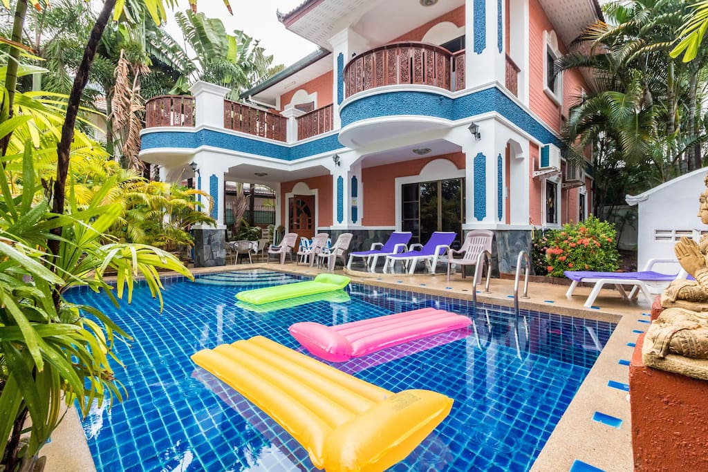 Private villa with 6 bedrooms, 5 bathrooms, a swimming pool and a snooker.