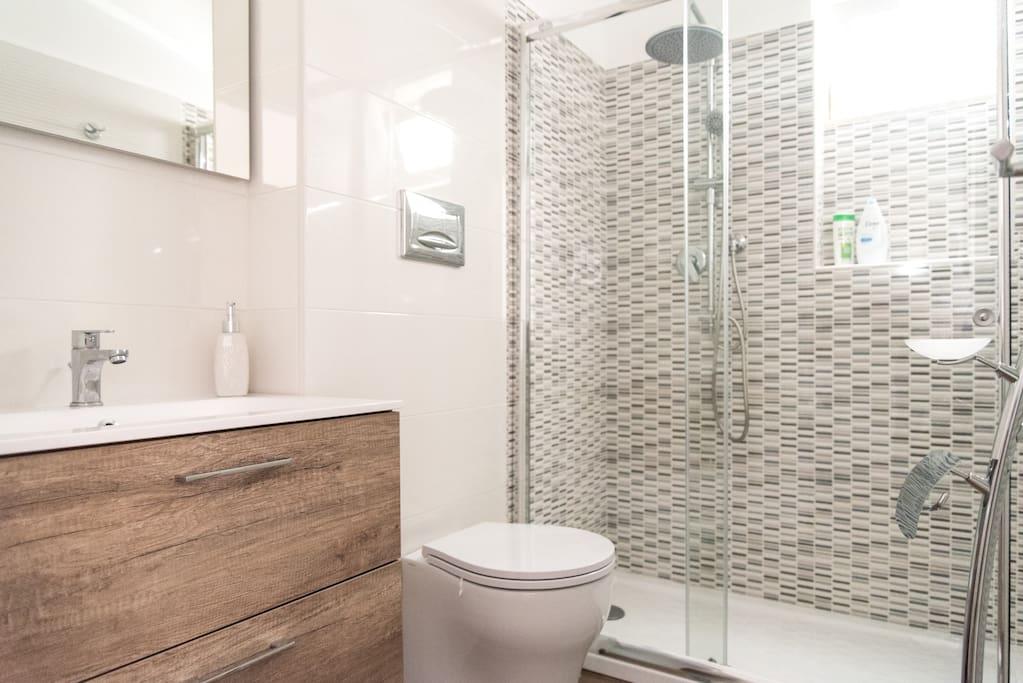 Comodo bagno con accesso privato accessoriato