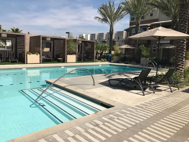 Near Entertainment and Theme Parks - MODERN Condo - Buena Park
