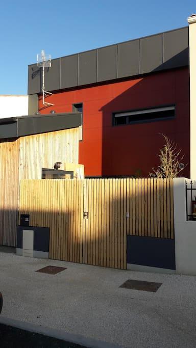 la maison rouge, entrée, côté rue