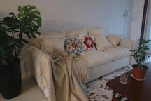 客厅。绿植➕羽绒沙发➕地毯,赤脚放松才是度假。