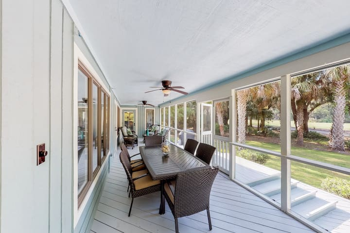 Golf course-adjacent home w/ a huge screened porch - bike to the beach!