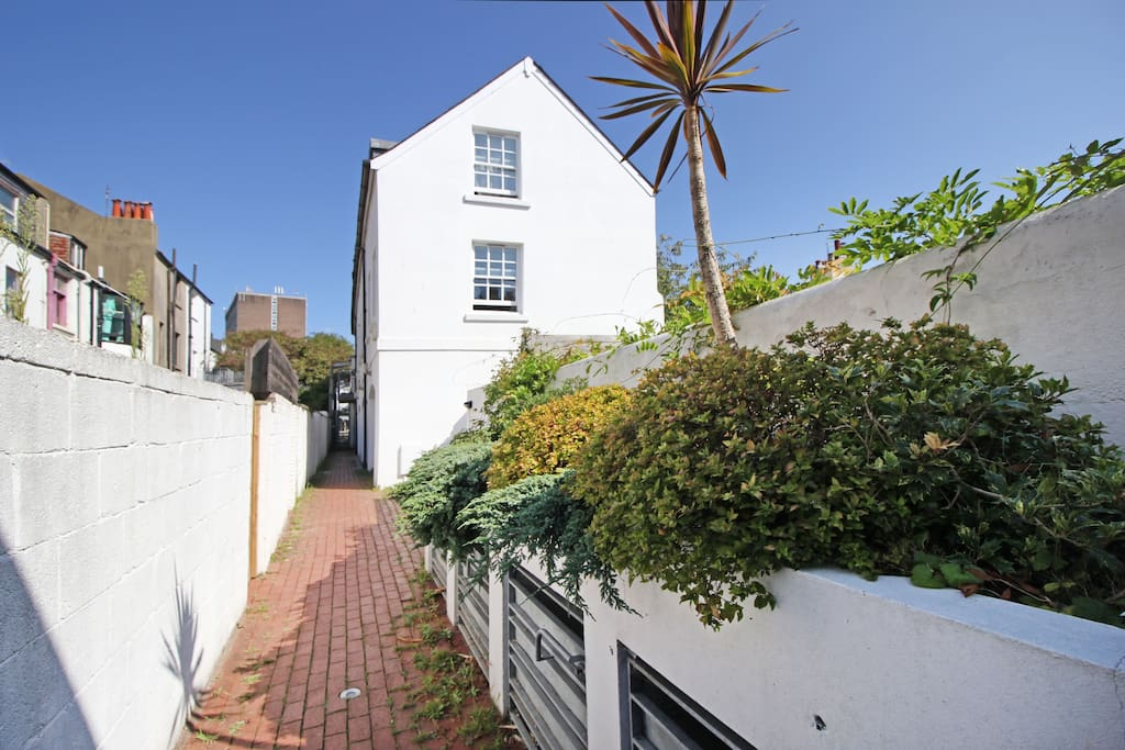 Stunning Quiet Mews Entrance in the Heart of the City Centre