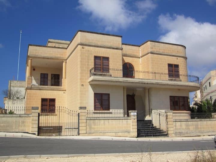 Impressive villa, Zurrieq