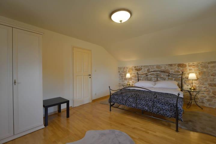 Soba za 2 osobe sa pogledom na more. U sobi je i fotelja koja se može na ubit pretvoriti u ležaj za Jemnu osobu.