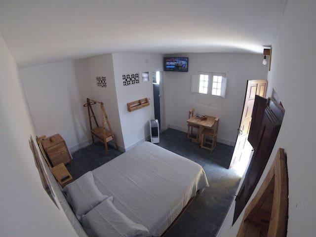 Room // Amplo quarto