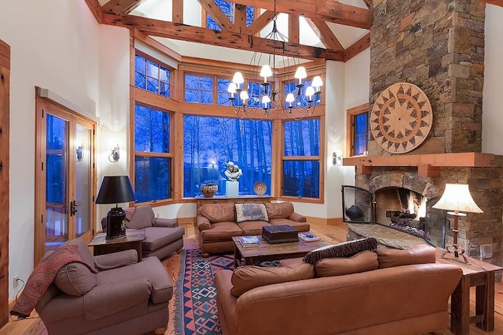 Beautifully Decorated and Well-Appointed Stately Ski-In Ski-Out Log Cabin with Private Hot Tub