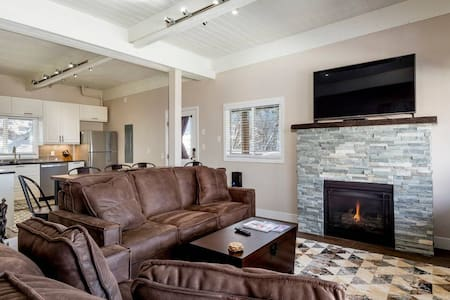 *Views + Fireplace @ Apres Chalet* 1 mi to skiing!