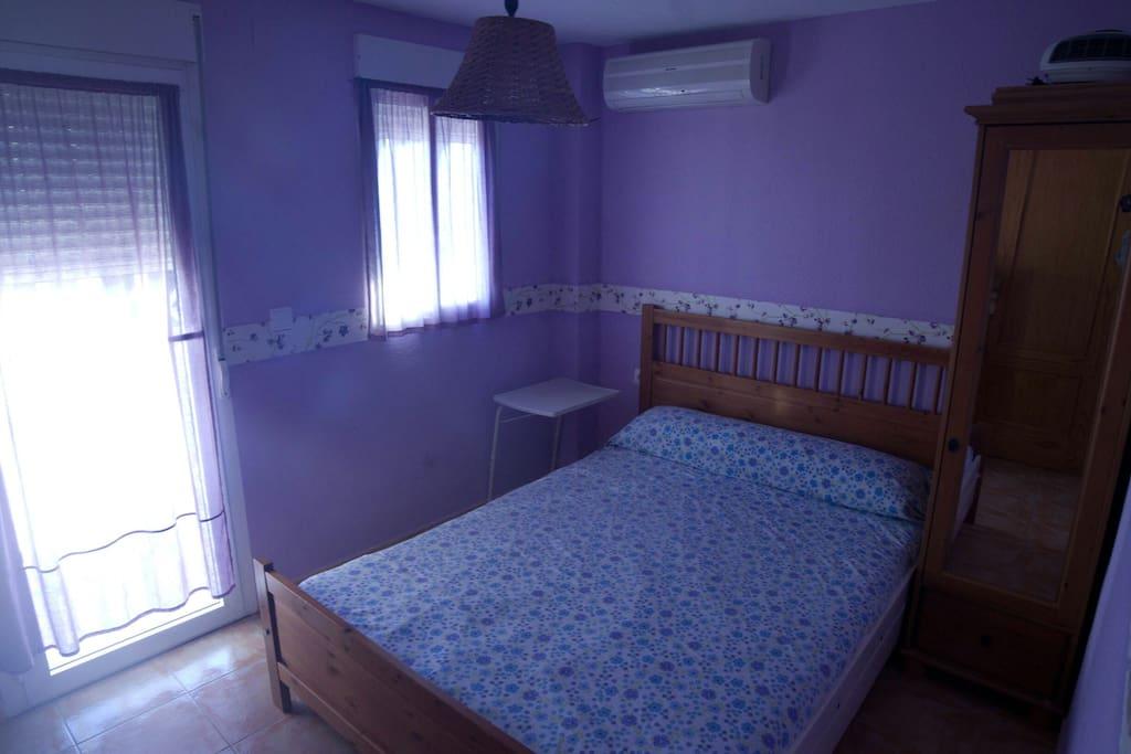 Habitación para matrimonio orientada al mar con aire acondicionado y amplia terraza (con toldo). Situada en 1ª planta.