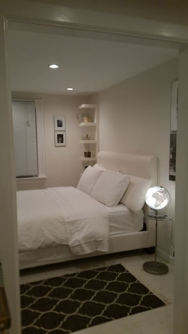 Peaceful, quiet, bedroom. Queen bed, luxurious 100% white cotton/high thread count sheets & duvet. Bookshelves.