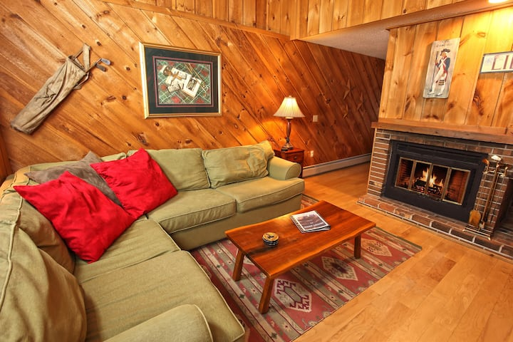 Cozy Townhome by Mt Snow with Ski Home Trail