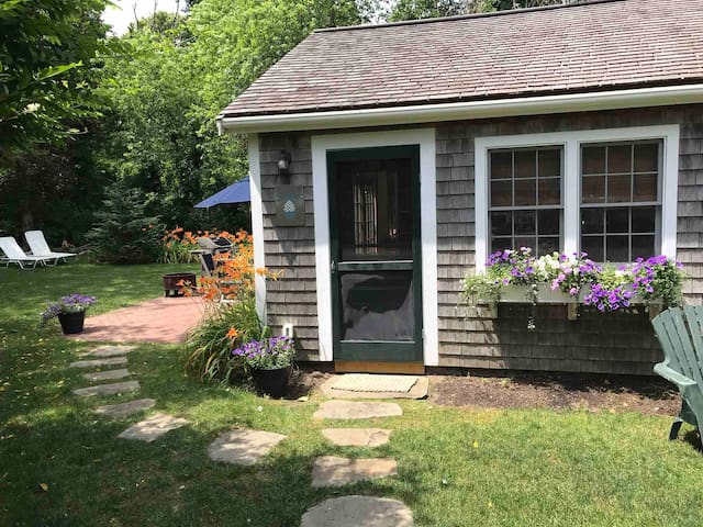 Capecod cottage 300 yards to Paines creek beach