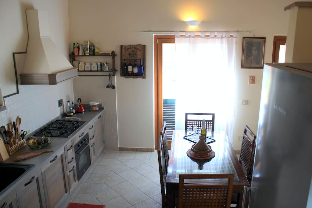 Sala da pranzo con cucina accessoriata