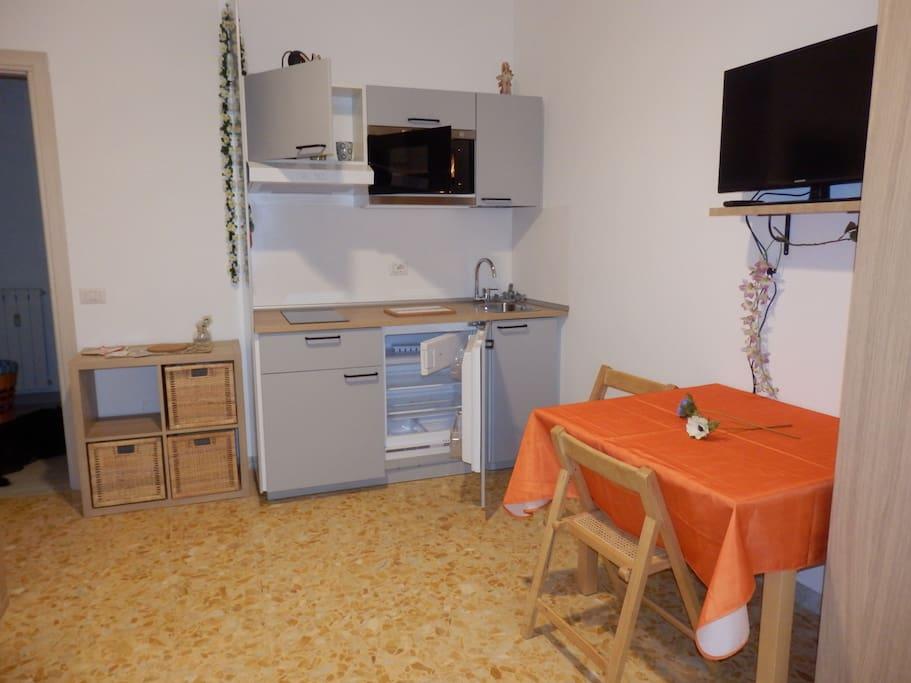 Suite degli ospiti: libreria, tavolino e TV