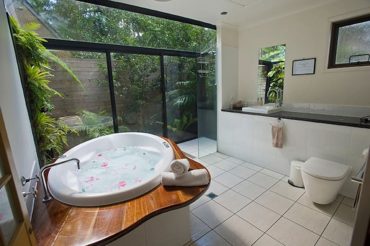Private Cottage at Witches Falls - Tamborine Mountain - Bed & Breakfast