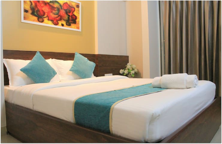 #Sanitized Spacious room with Queen bed, AC, Pune