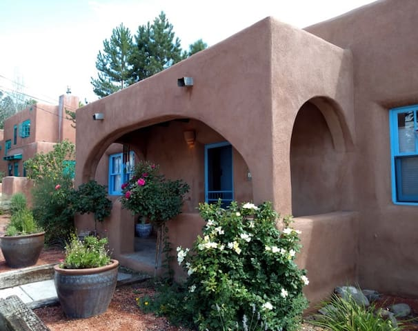 Old Santa Fe Quiet Adobe, Walk to Plaza/Railyard