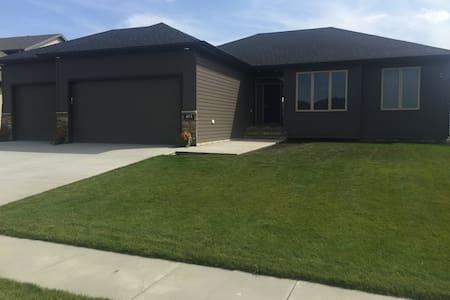 Entire Brand New Home, 3 Beds, 3 baths, Garage - West Fargo - 獨棟