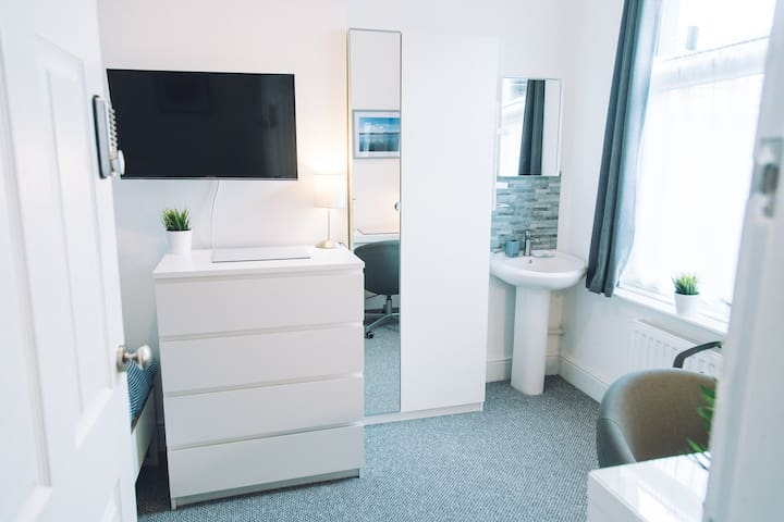 Rooms for Professionals £120-125/wk. Sink in Room
