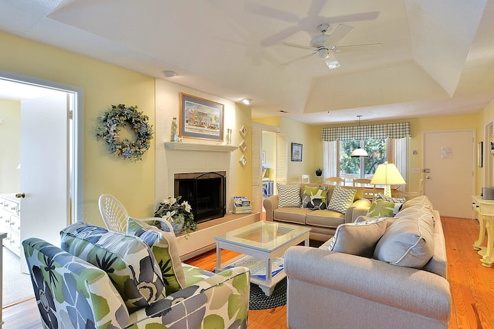Lovely cottage w/ shared tennis, golf, & beach nearby!