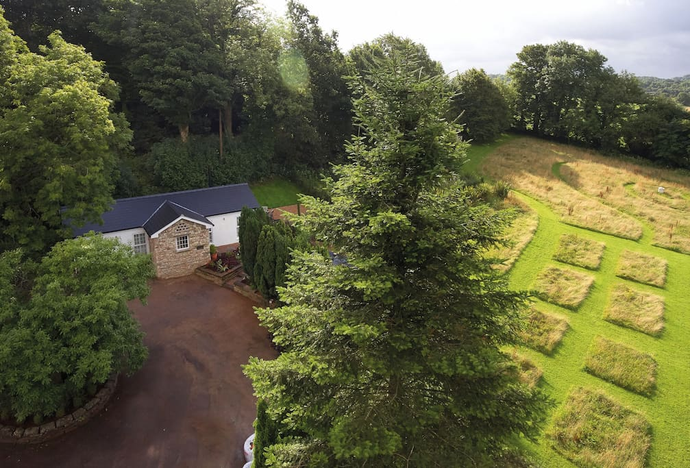 Nos Da is a beautifully presented contemporary cottage offering the ideal tranquil escape in South Wales' beautiful countryside