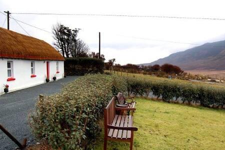 MaggiesThatch cottage,meenadiff,Glencolmcille
