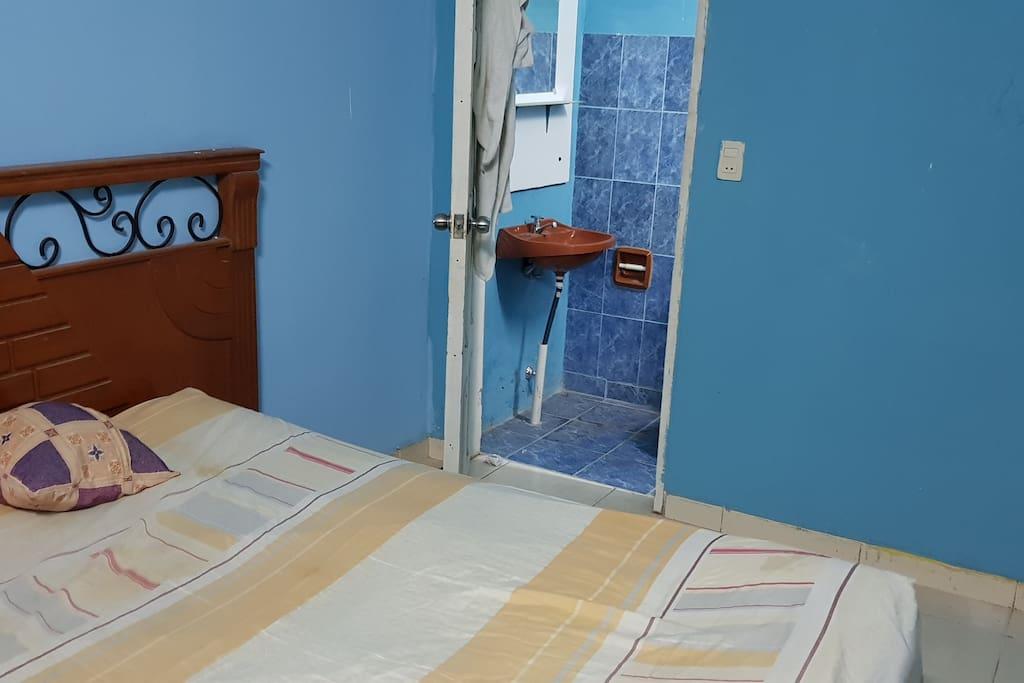 Cama matrimonial, baño privado
