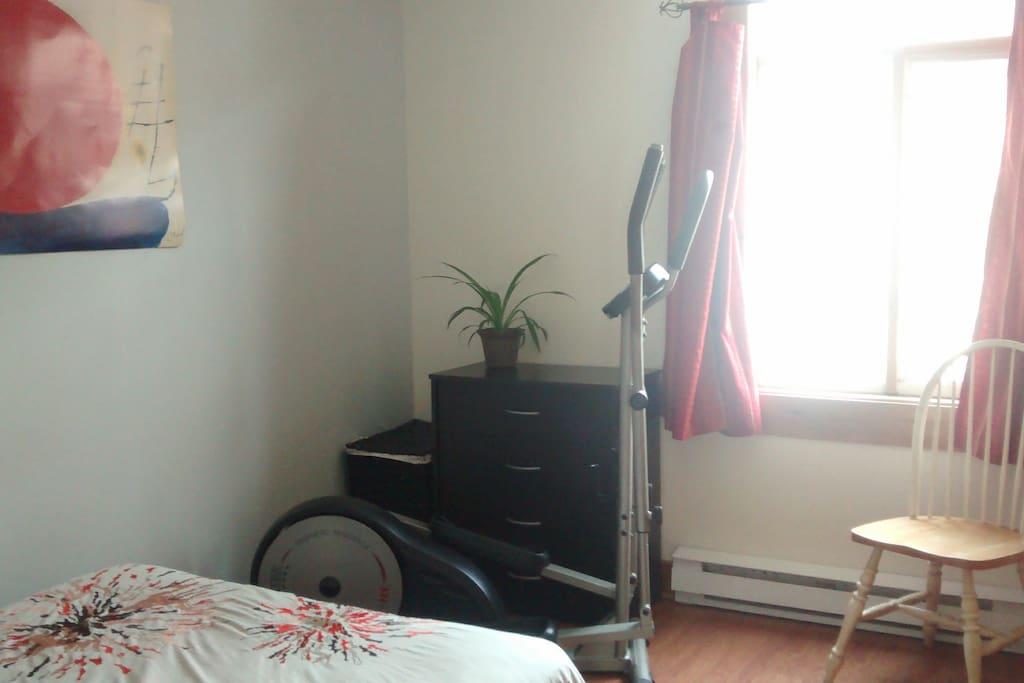 Chambre avec appareil elliptique
