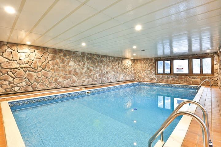 Indoor heated pool in Catskills,walk to hunter Mtn