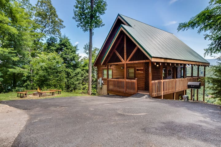 Private Cabin with Incredible Mountain Views, Near Dollywood!!