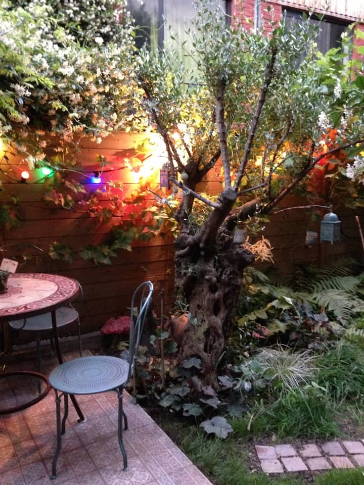 Studio romantique, calme, Montmartre with garden