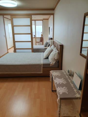 2층 침실(퀸,슈퍼싱글)미닫이로 분리가능