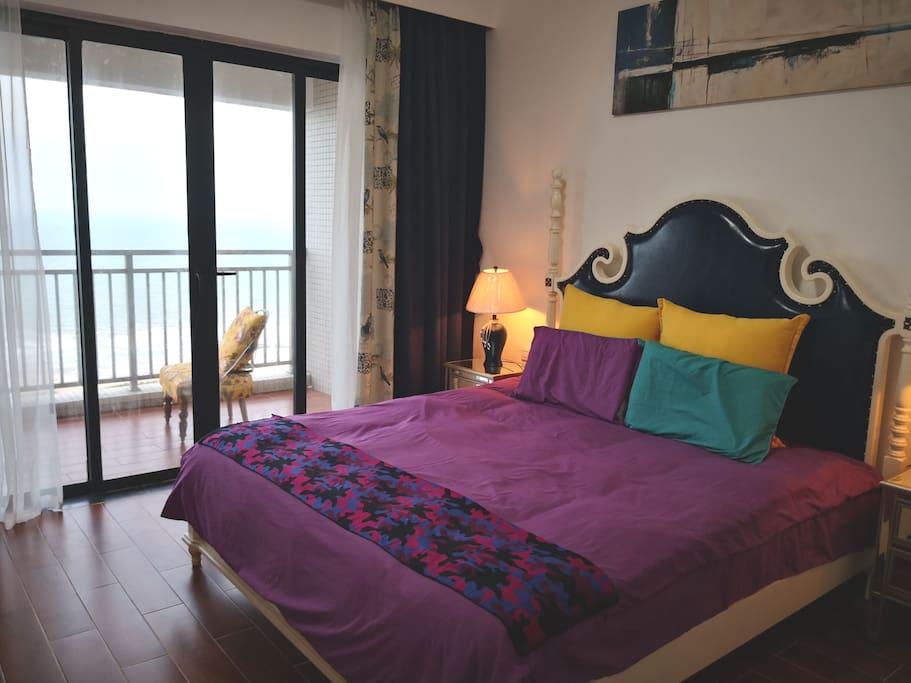 美式风奢华大床,超大落地玻璃窗一览无遗的180度海景,睁开眼睛就能看日出